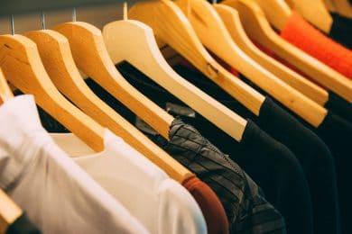Farvede trøjer på knager