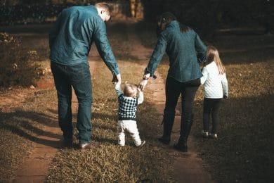 To voksne forældre går tur med børn