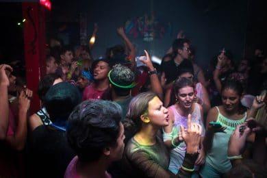 Folk holder fest med neonfarver