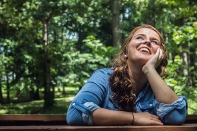 Kvinde tænker over livet i naturen