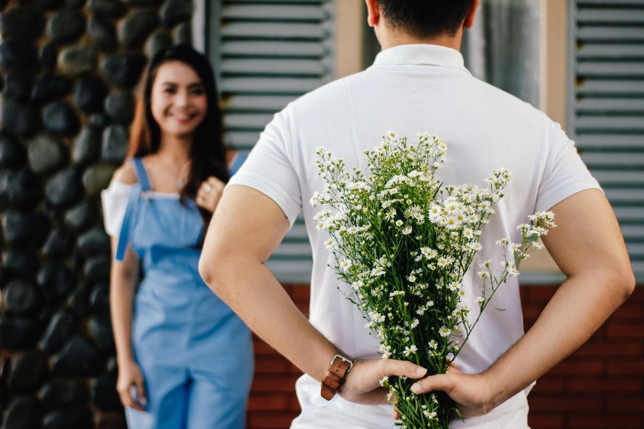 Mand giver blomster til hans kæreste