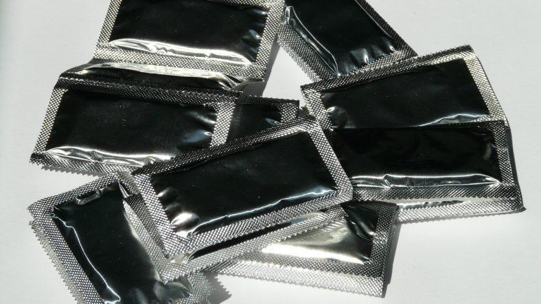 sølv kondomer ligger i bunke