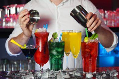 Drinks i mange forskellige farver lavet af bartender