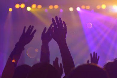 Personer der danser til koncert med lys