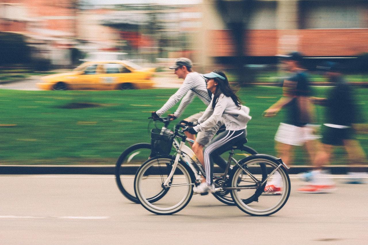 To personer cykler hurtigt på deres cykler
