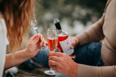 To personer deler en flaske rosevin