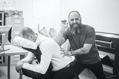 kiropraktor hjælper patient med sin ryg